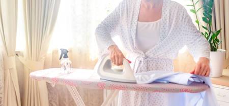 Woman ironing clothes Stockfoto