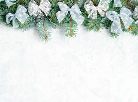 Gałęzie choinkowe ze złotym wystrojem na białym, poziomym banerze