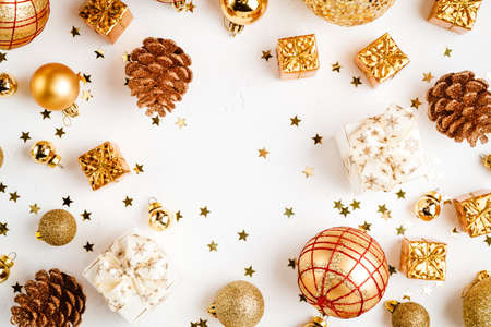 christmas golden background, christmas decoration, cones balls glitter 版權商用圖片 - 134828330