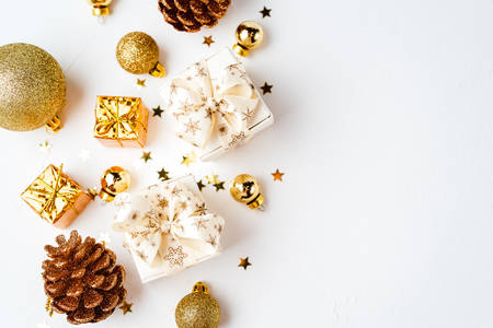 Christmas golden decoration, cones balls glitter 版權商用圖片 - 134893879