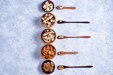 a variety of nuts in wooden bowls pattern Foto de archivo - 137597352