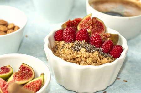oatmeal with raspberries, figs, chia seeds and nuts Banque d'images