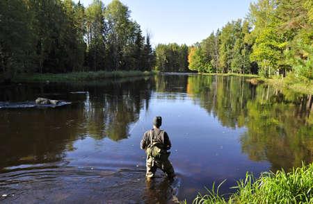 La pêche pêcheur dans une rivière Banque d'images