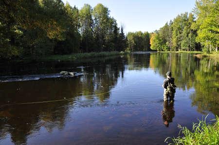 horgász: Angler halászat egy folyóban Stock fotó