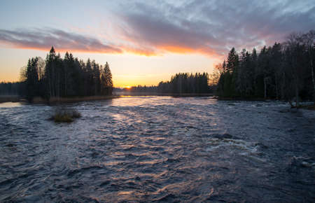 flowing river: Vista panor�mica de un r�o que fluye en la puesta del sol Foto de archivo
