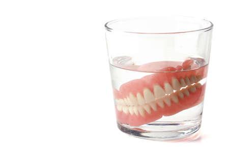 総義歯、水のガラスで歯科プレート 写真素材