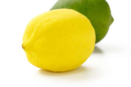 레몬과 라임 클리핑 패스와 함께 흰색 배경에 스톡 콘텐츠