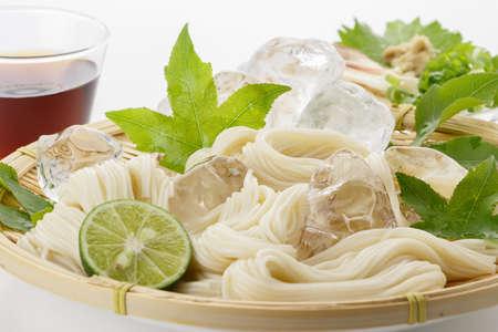 소면 - 일본식 얇은 밀 국수 - 대나무 바구니에 스톡 콘텐츠