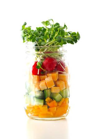 瓶の中のカラフル サラダ