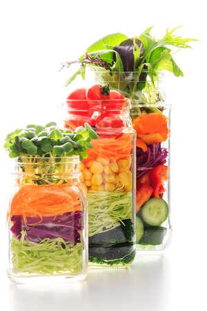 瓶の中の新鮮なカラフルなサラダ