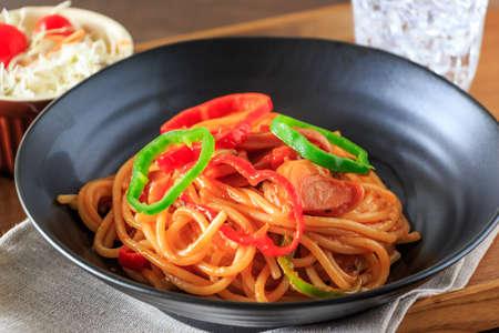 tomato sauce: Espaguetis con salsa de tomate Foto de archivo