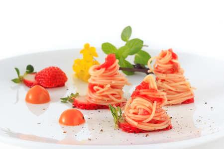 イチゴの冷たいカッペリーニ トマト ソース 写真素材