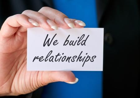 私たちは関係を構築します。