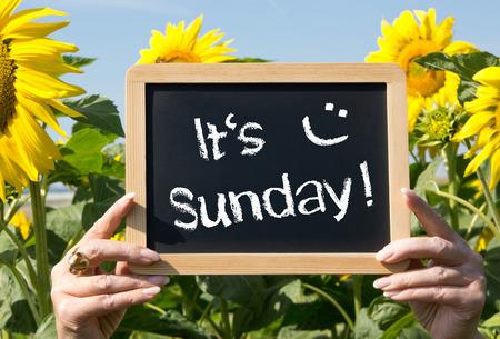 Es ist Sonntag Standard-Bild - 27914794