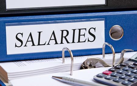 remuneraciones: Salarios - carpeta azul en la oficina Foto de archivo