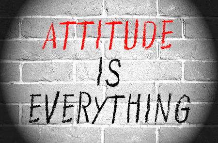 actitud: La actitud lo es todo palabras en la pared de ladrillo