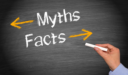 Mythen en feiten geschreven op bord Stockfoto