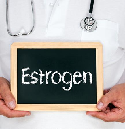 ovarios: Palabra estr�geno en un tablero Foto de archivo