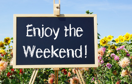 fin de semana: Disfrute de la palabra Fin de semana a bordo de negro Foto de archivo