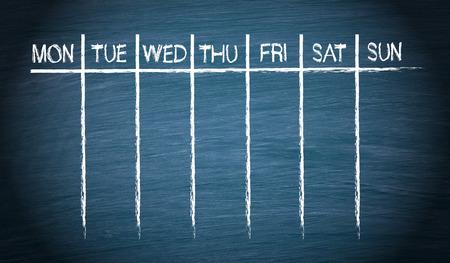 kalendarz: Tygodniowy kalendarz na niebieskim tablicy szkolnej