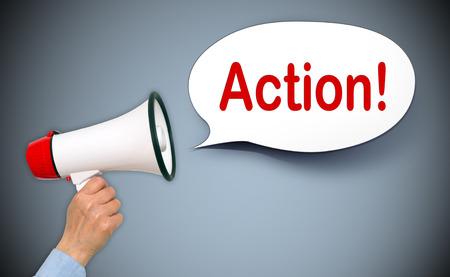 Actie! Vrouwelijke Hand met een megafoon en Speech Bubble