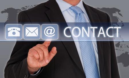 お問い合わせ - タッチ スクリーンを持ったビジネスマン