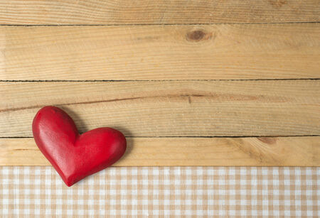 Red Heart on wooden background Imagens