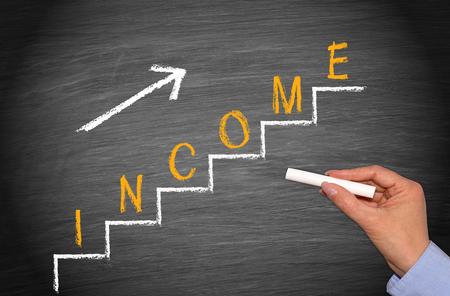 ingresos: Ingresos - aumentando paso a paso Foto de archivo