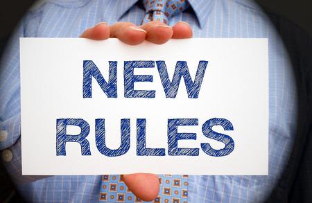 Neue Regeln - Geschäftsmann mit Zeichen