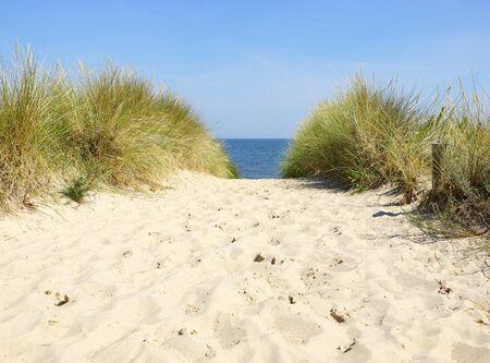 duna: Sunny Beach en el mar con el cielo azul Foto de archivo