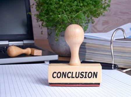 Conclusie rubber stempel in het kantoor