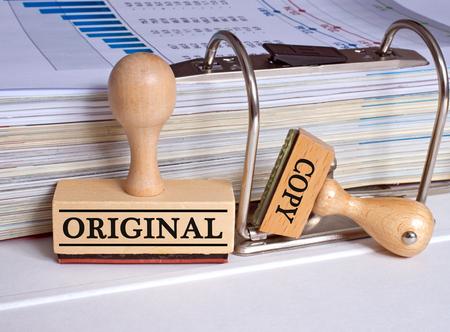 Origineel en Copy - twee stempels in het kantoor Stockfoto