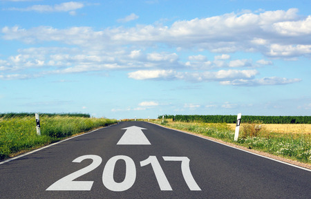 2017 - strada con freccia e anno - il futuro Archivio Fotografico - 66540360
