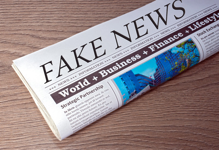 オフィスで机の上の偽のニュース新聞