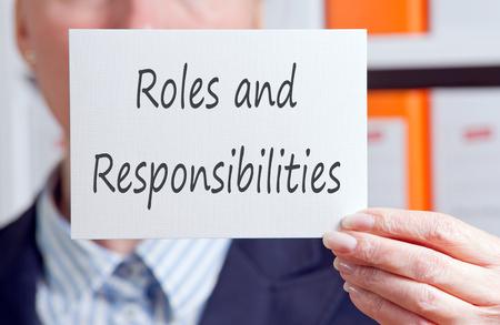 Taken en verantwoordelijkheden - zakenvrouw met teken