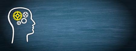 Tête avec roues dentées sur fond bleu Banque d'images