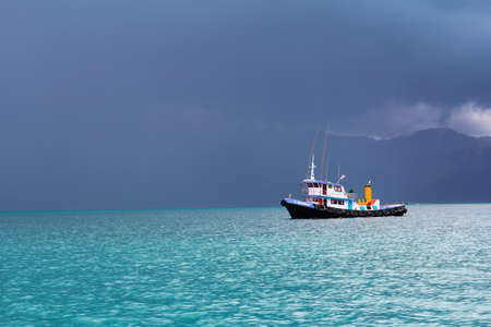 The gulf of Thailand - June 7 : Unidentified fishing boat is facing with the strom on 7 June 2013 in The gulf of Thailand. 新聞圖片