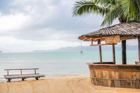 barra de madera en la playa