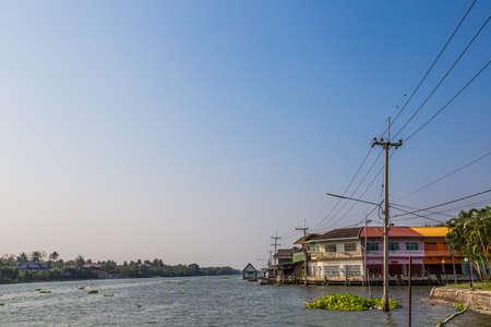 Classic colour building beside river and blue sky 版權商用圖片