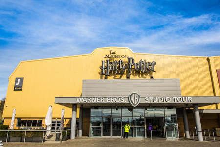 alfarero: Leavesden, Londres - Marzo 3 de 2016: La entrada a la gira de estudio de Warner Brothers 'la producción de Harry Potter'. Una detrás de las cámaras en accesorios, trajes y conjuntos de las 8 películas de Harry Potter. Las películas basadas en las mejores series de venta de libros por el
