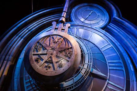 alfarero: Leavesden, Londres - Marzo 3 2016: Un reloj gigante en Hogwarts como aparece en Harry Potter y el prisionero de Azkaban, la gira de estudio de Warner Brothers 'la producción de Harry Potter'.