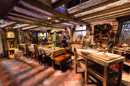 alfarero: Leavesden, Londres - Marzo 3 2016: Escena de la cocina de la película de Harry Potter en el tour de estudio de Warner Brothers 'la producción de Harry Potter'. Editorial