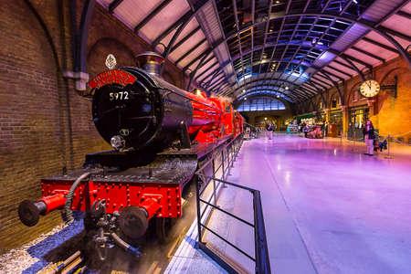 alfarero: Leavesden, Londres - Marzo 3 de 2016: El expreso de Hogwarts y la plataforma en la gira de estudio de Warner Brothers 'la producción de Harry Potter'. Editorial