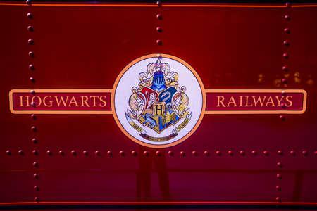 alfarero: Leavesden, Londres - Marzo 3 2016: Logotipo de los ferrocarriles de Hogwarts en el tren, el recorrido estudio de Warner Brothers 'la producción de Harry Potter'. Editorial