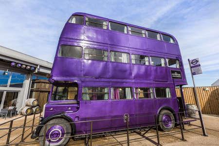 alfarero: Leavesden, Londres - Marzo 3 2016: Knight Bus es de autobús púrpura de la película de Harry Potter en el tour de estudio de Warner Brothers 'la producción de Harry Potter'. Editorial