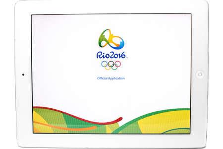 deportes olimpicos: Bangkok, Tailandia - 31 de julio 2016: Aplicaci�n oficial de los Juegos Ol�mpicos de 2016 de verano en R�o de Janeiro, Brasil, del 5 de agosto a la 21 de de agosto de, 2016, en el iPad aislado en el fondo blanco.