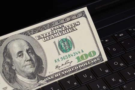 Dinero en un teclado Foto de archivo