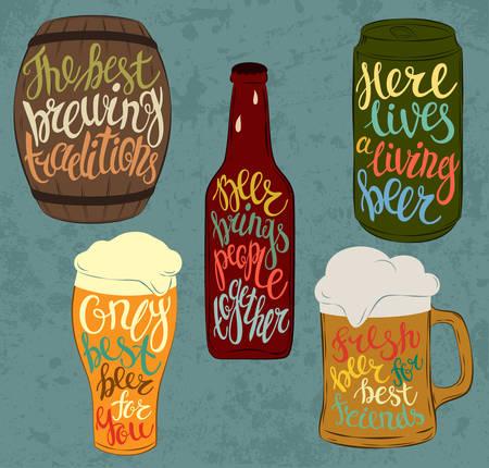 baril bois ou tonnelet de bière et de boissons en aluminium ou en acier peut, bouteille en verre avec des gouttes de liquide condensé et pinte verrerie. Lettrage avec la police détaillé sur stein ou tasse, cruche avec de la lumière et de la bière brune, fût ale et lager. Bar et restaurant utilisation Vecteurs