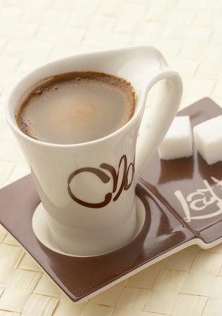comida colombiana: Choco latte. Un blanco taza de caf� sobre un soporte ...