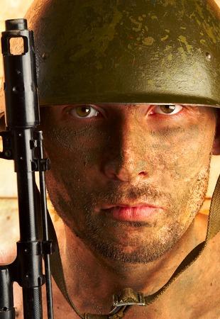 Le soldat dans un casque militaire Banque d'images - 1565612